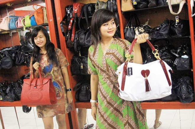 Model memeragakan brand INTAKO, salah satu merek tas di Sentra Tas Tanggulangin [Hak Milik Foto: Pariwisata Sidoarjo]