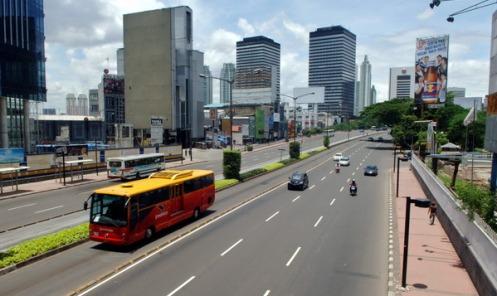 JAKARTA, 21/3 - JAKARTA LENGANG. Sejumlah kendaraan melintas di kawasan Jalan MH Thamrin, Jakarta, yang terlihat lengang, Jumat (21/3). Hari libur selama empat hari yang dimanfaatkan warga Jakarta untuk berlibur ke luar kota atau pulang kampung menyebabkan lengangnya beberapa ruas jalan di Jakarta yang pada hari-hari biasanya dipadati kendaraan dan macet. FOTO ANTARA/Ismar Patrizki/nz/08.