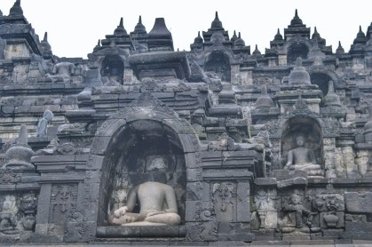 Arca Buddha dan relief Candi Borobudur