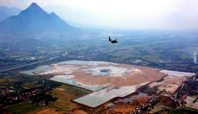 Satu pesawat Casa NC 212 milik Skuadron Udara 600 Wing Udara 1 Puspenerbal, melintas di atas pusat semburan lumpur panas Lapindo Sidoarjo, Rabu (26/11)