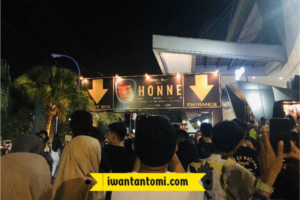 Antrean ke dalam venue HONNE © Iwan Tantomi
